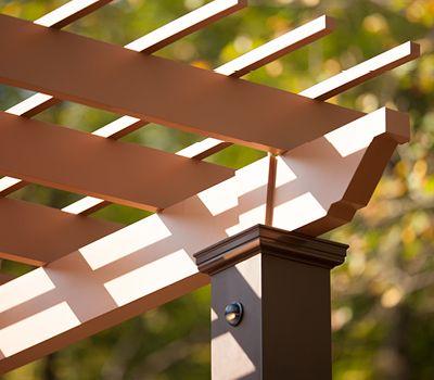 Ajouter un éclairage de terrasse à des éléments comme une pergola augmente la fonctionnalité de votre terrasse en matériau composite.