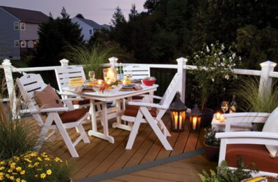 Deck Trex Enhance® com guarda-corpo Trex Transcend branco e conjunto de jantar Trex Outdoor Furniture™.