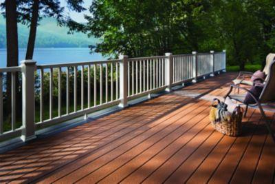 Les couleurs inspirées de la nature de la terrasse en bois et de la rampe Trex Select proposent une solution parfaitement simple pour vivre dehors