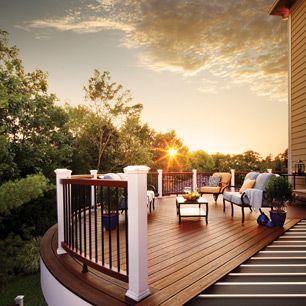 La terrasse composite Trex Transcend et la rampe brun moyen Tree House et brun foncé Vintage Lantern créent une oasis extérieure qui peut accueillir de nombreux invités