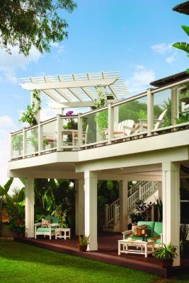 Les moulures Trex et la pergola Trex procurent les détails architecturaux parfaits pour ce concept de terrasse de la collection Tropical