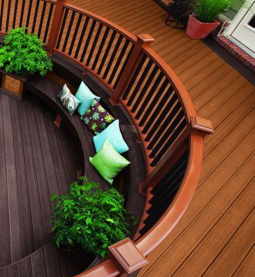 Die Verbundmaterial-Dielen von Trex können geschwungen geliefert werden, um durch speziell gefertigte Bänke viele Sitzgelegenheiten zu schaffen