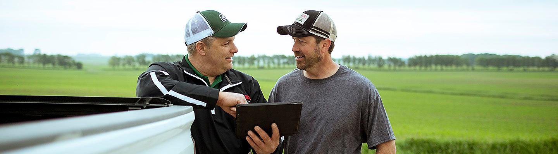 Um homem aconselha um agricultor