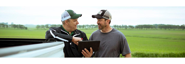 Un hombre asesora a un granjero