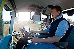 Молодой мужчина фермер за рулем
