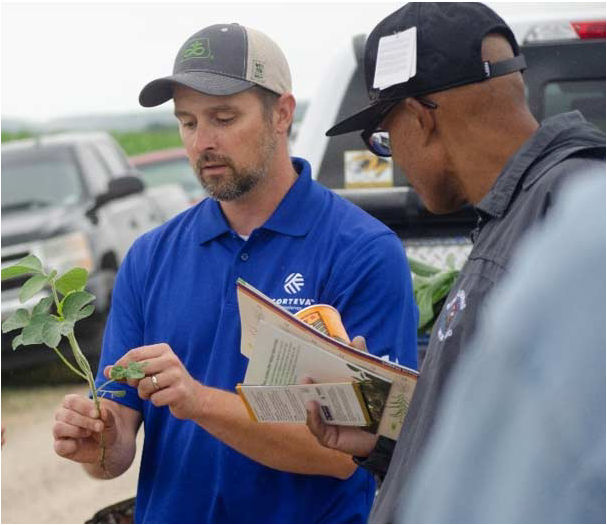 Pioneer Field Agronomist Ryan Steeves sharing crop management information with a S.A.V.E. participant.